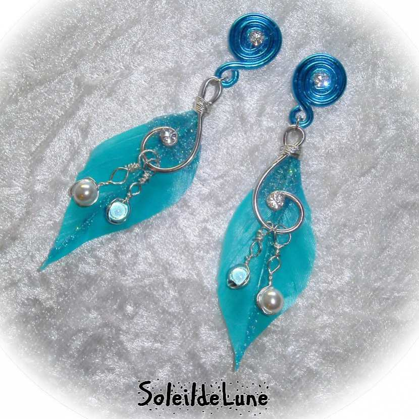 Boucles d'oreille boho-chic plume turquoise Strass et perles