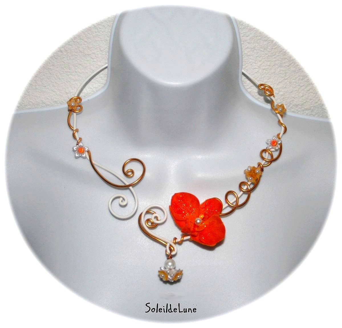 Collier mariage fleur orchidée orange sur fil alu blanc & orange